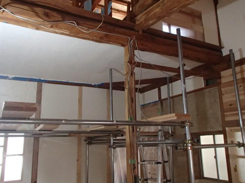 屋根裏の根太と下地だった箇所が綺麗な天井に